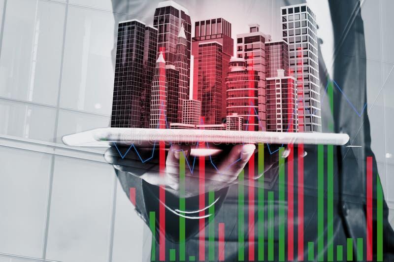 Двойная экспозиция касания цифров пользы бизнесмена беспроволочного умного стоковое изображение