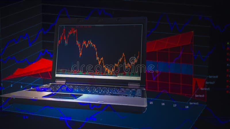Двойная экспозиция, компьютер на таблице и графике состояния запасов как предпосылка, с концепцией риска и неустойчивость миров стоковое изображение