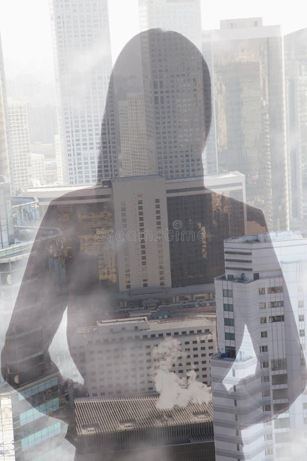 Двойная экспозиция молодой женщины над городским пейзажем стоковые фотографии rf