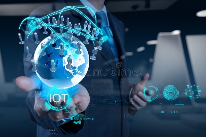 Двойная экспозиция руки показывая интернет вещей (IoT)