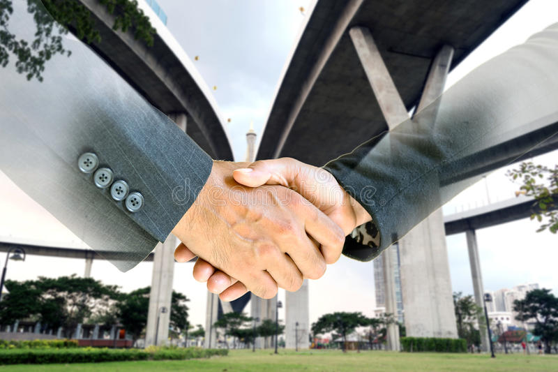 Двойная экспозиция рукопожатия дела стоковое фото