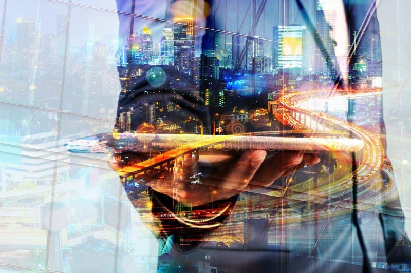 Двойная экспозиция таблетки цифров владением бизнесмена с современным c стоковые изображения