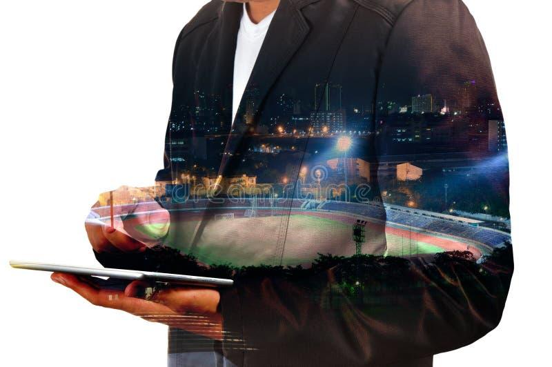 Двойная экспозиция таблетки цифров пользы бизнесмена с спортом Sta стоковое фото