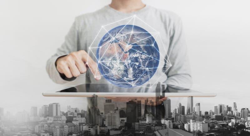Двойная экспозиция, человек используя на цифровой таблетке и увеличенная технология реальности Элемент этого изображения поставле стоковые изображения