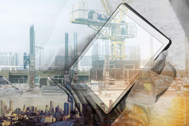 Двойная экспозиция, человек используя цифровые таблетку и конструкцию зданий с городским пейзажем стоковые фотографии rf