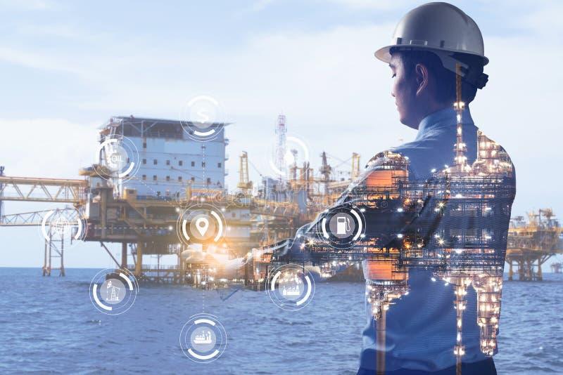 Двойное воздействие на инженера, имеющего опыт работы на заводе нефтеперерабатывающей промышленности, промышленных приборов на за стоковые изображения