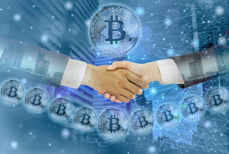 Двойное рукопожатие выдержк-бизнесмена с соглашенной коммерсанткой обсуждает торгуя bitcoin, абстрактный городской пейзаж предпос иллюстрация штока