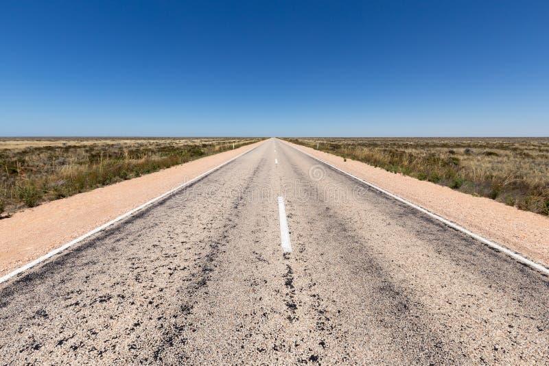 Двойное шоссе майны на равнине Nullarbor стоковая фотография