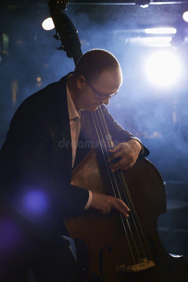 Двойной бас-гитарист на этапе стоковые изображения rf