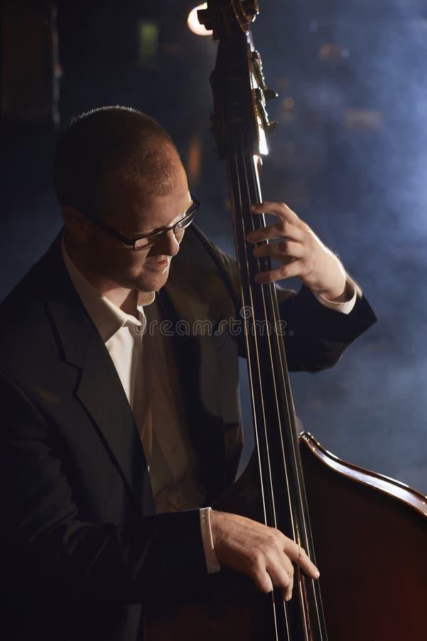 Двойной бас-гитарист на этапе стоковое фото rf