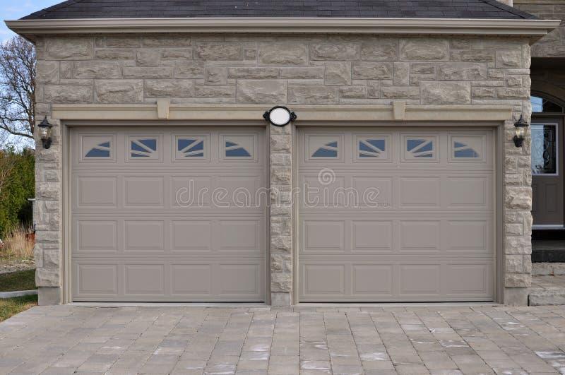 двойной гараж стоковое фото