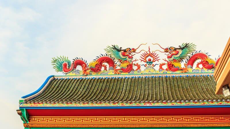 Двойной дракон на китайской крыше виска стоковое фото