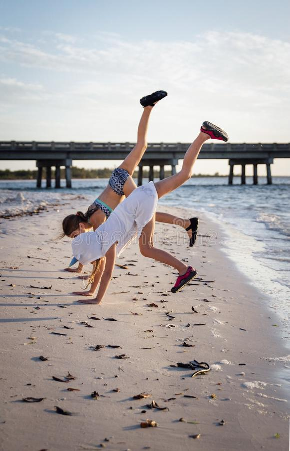 Двойной Handstand пляжа стоковые изображения