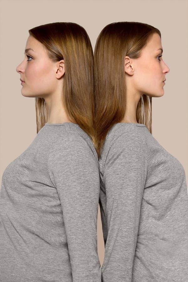 Двойные девушки спина к спине стоковые фотографии rf