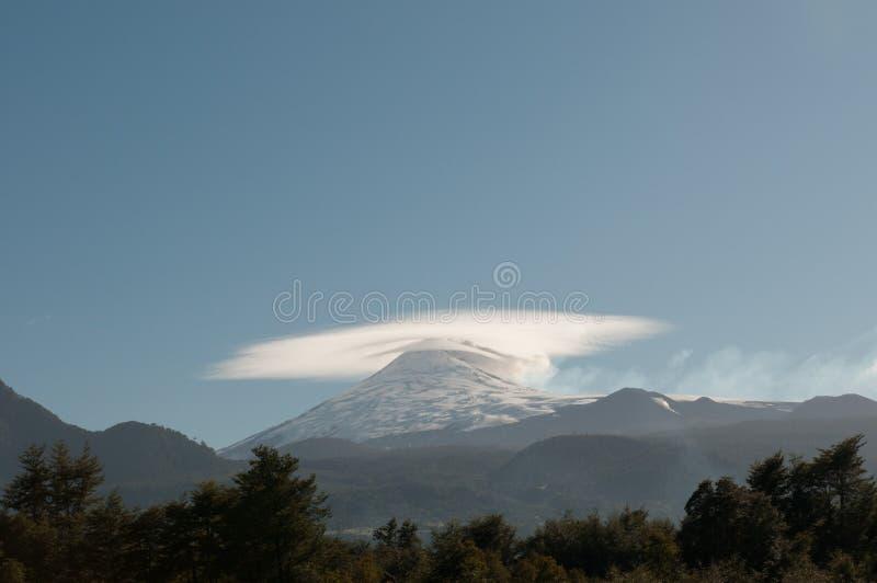 Двойные конусы вулкана Villarica в Чили стоковое фото