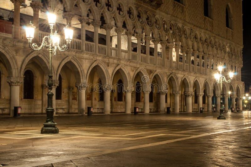 Дворец Венеция Италия дожей на ноче с 2 столбами лампы стоковое изображение rf