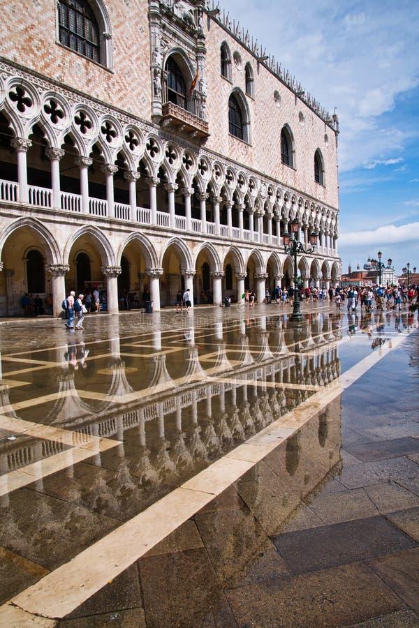 Дворец Венеция дожей отражения стоковая фотография rf
