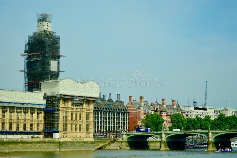 Дворец Вестминстера и большого Бен, Лондона, Великобритании, июля 2019 Широкоформатное изображение исторического здания Восстанов стоковые фотографии rf