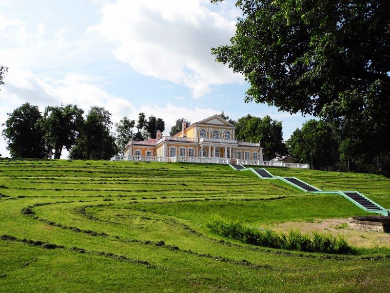 Дворец в городке Strelna в России стоковые изображения rf