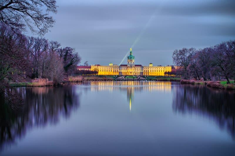 Дворец в ноче, Берлин Charlottenburg, Германия стоковая фотография rf