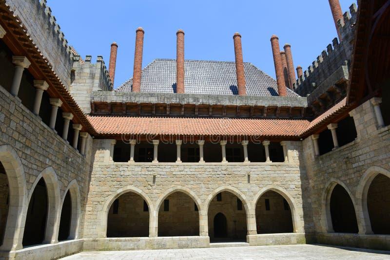 Download Дворец герцогов Braganza, Guimarães, Португалии Стоковое Изображение - изображение насчитывающей имущество, прописно: 33725877
