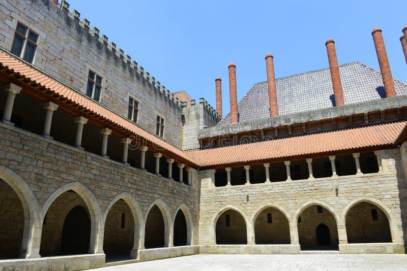 Download Дворец герцогов Braganza, Guimarães, Португалии Стоковое Изображение - изображение насчитывающей chimney, имущество: 33726165
