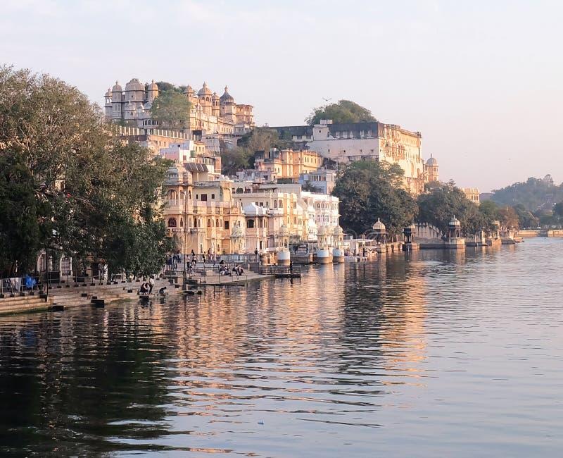 Дворец города Udaipur от озера Pichola стоковые изображения rf