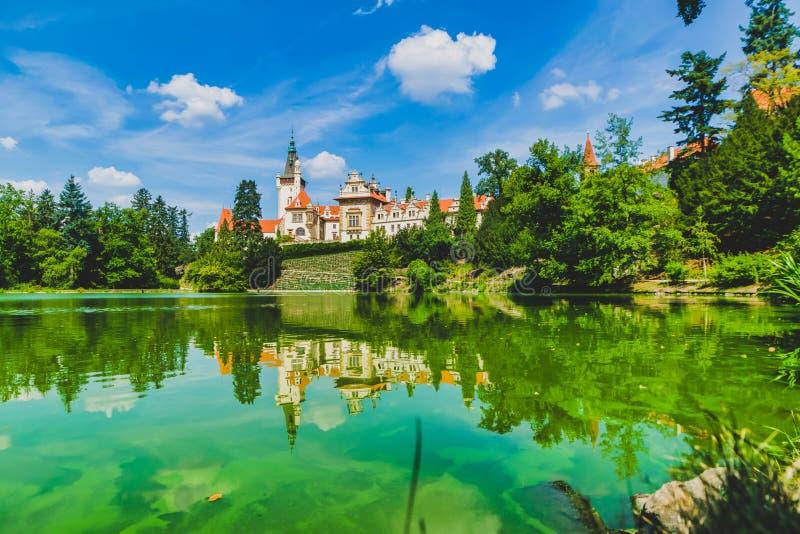 Дворец городка назначения-Pruhonice в республике проверки Зеленая природа и озеро стоковые изображения