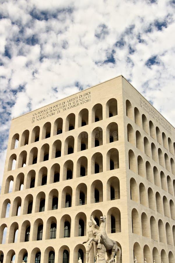 Дворец итальянской цивилизации построенный в Риме EUR Exhibiti Fendi стоковое изображение