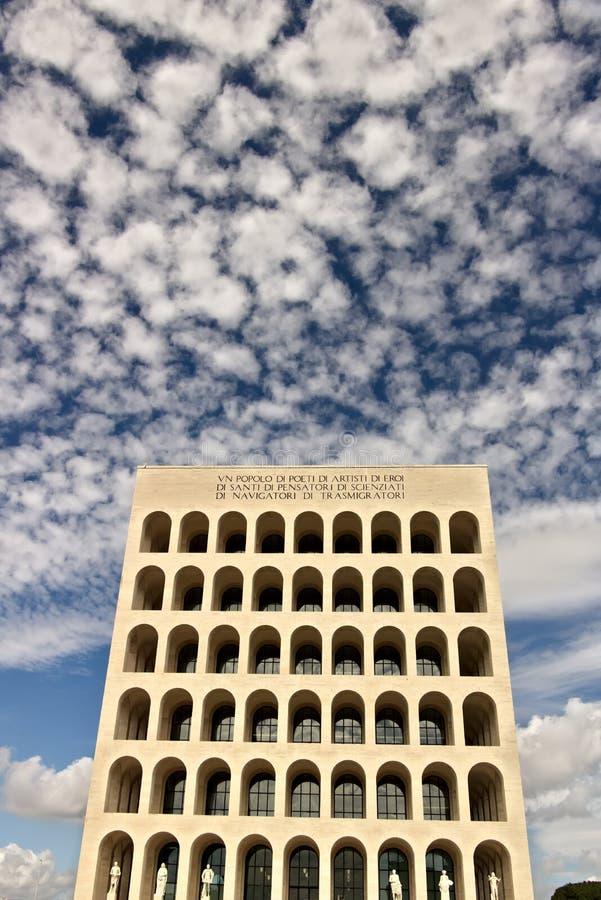 Дворец итальянской цивилизации построенный в Риме EUR Exhibiti Fendi стоковая фотография rf