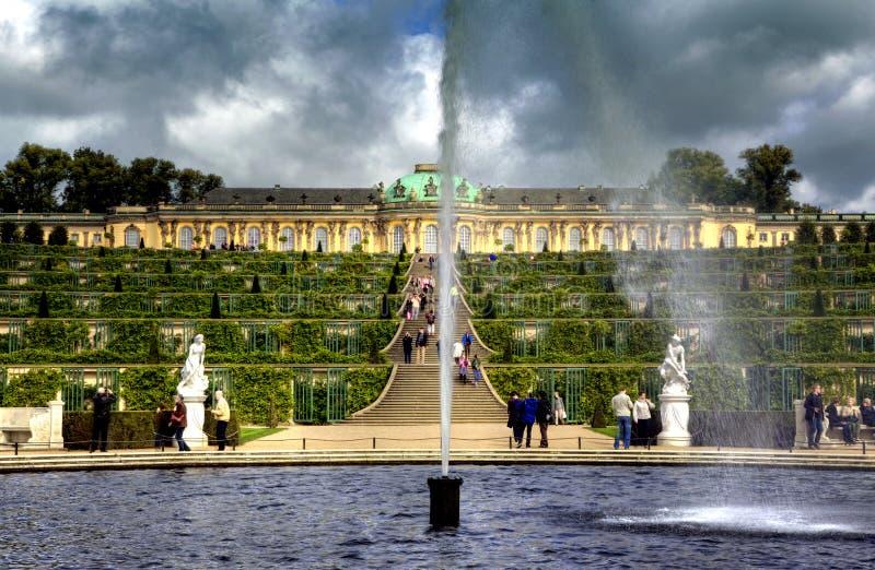 Дворец и сад в парке Sanssouci в Потсдаме стоковое фото
