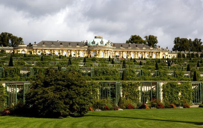 Дворец и сад в Sanssouci паркуют в Потсдаме стоковое фото rf