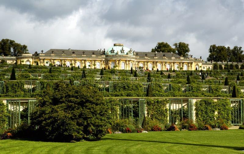 Дворец и сад в Sanssouci паркуют в Потсдаме стоковое изображение