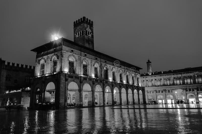 Дворец короля Enzo на главной площади болонья, Италии Известный ориентир ориентир на заходе солнца на ноче черная белизна стоковые фото