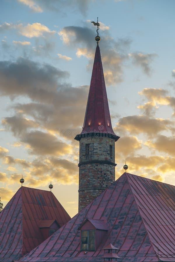 Дворец монастыря в Gatchina в предместье Санкт-Петербурга на заходе солнца стоковые фото
