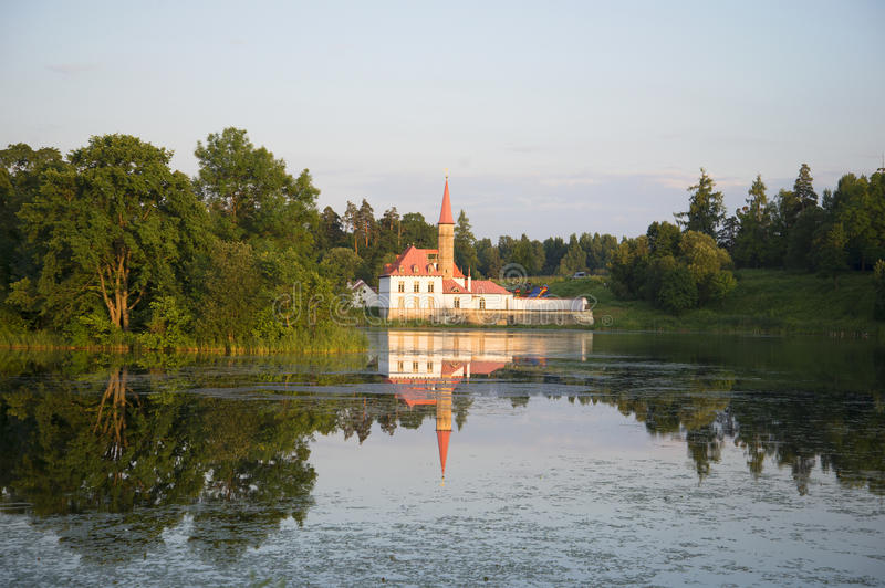 Дворец монастыря на черном озере на вечере лета Gatchina стоковое фото