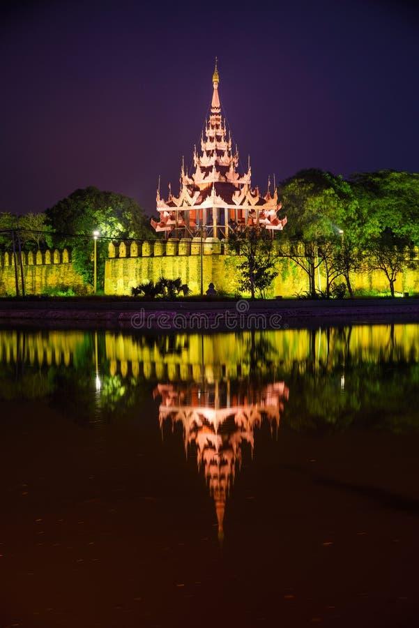 Дворец на ноче, Мандалай Мандалая, Мьянма стоковая фотография rf