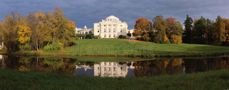 Дворец Павловска в осени стоковые изображения rf