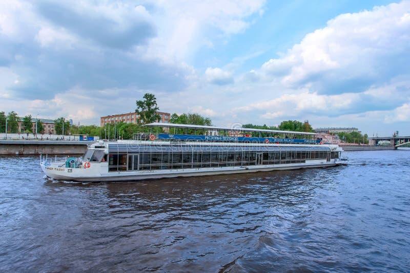 Дворец реки прогулочного катера на реке Москвы стоковое изображение rf