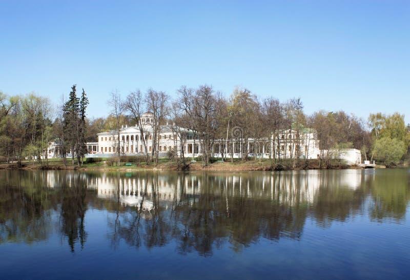 Дворец среди валов стоковое фото