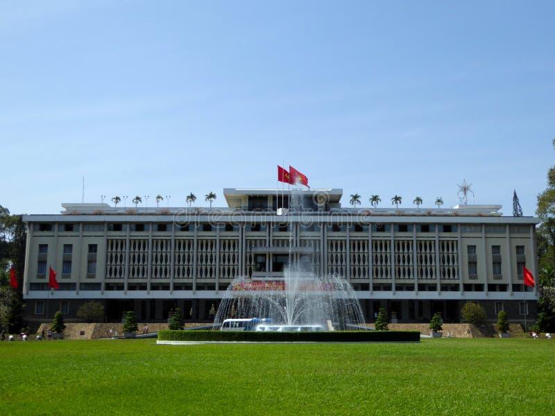 Дворец Хошимин Вьетнам независимости и фонтан стоковые фотографии rf