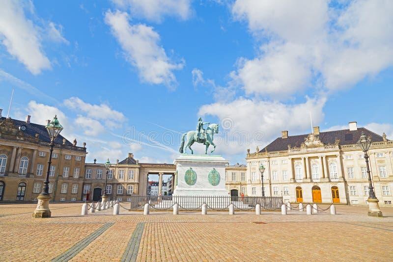 Дворец Amalienborg с восьмиугольным квадратом двора и статуя в Копенгагене, Дании стоковые фотографии rf
