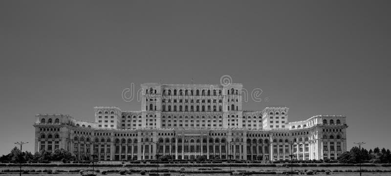 Дворец Ceausescu парламента Бухареста Румынии в blacka и белизне стоковая фотография
