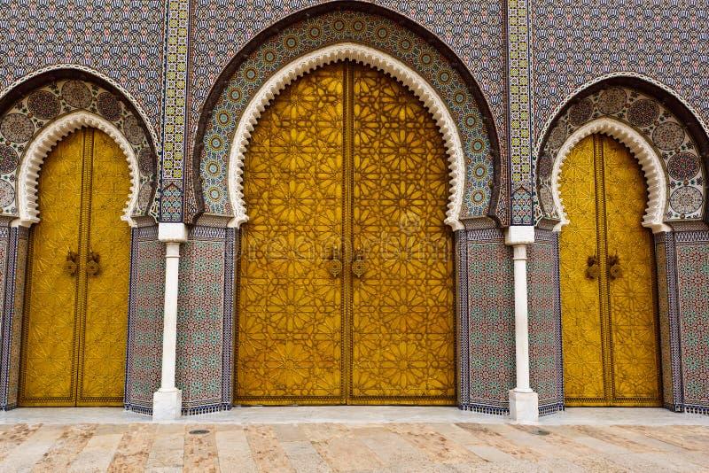 дворец fez дверей богато украшенный королевский к стоковые изображения