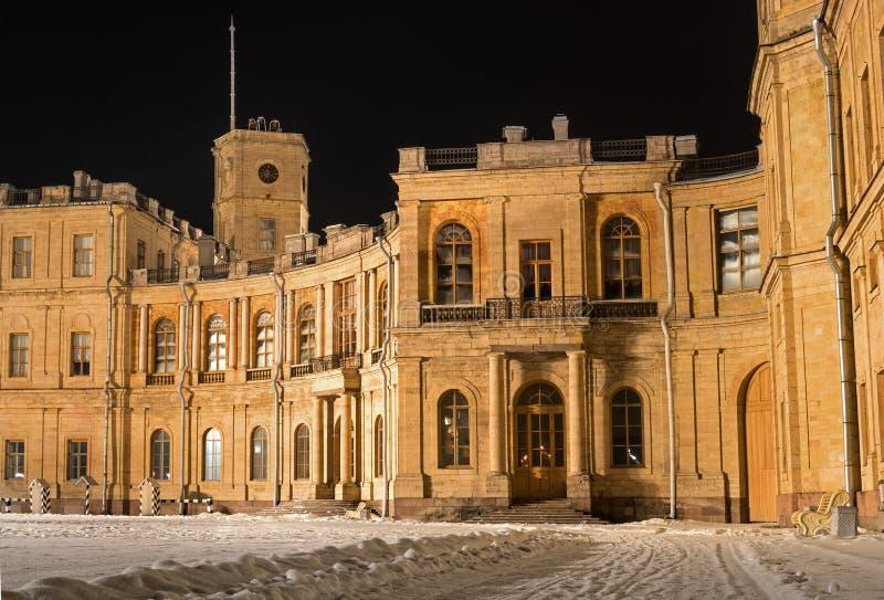 Дворец Gatchina Вход к правому крылу линия цветов съемка ночи Россия стоковая фотография