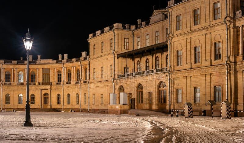 Дворец Gatchina Вход к правому крылу линия цветов съемка ночи Россия стоковые фотографии rf