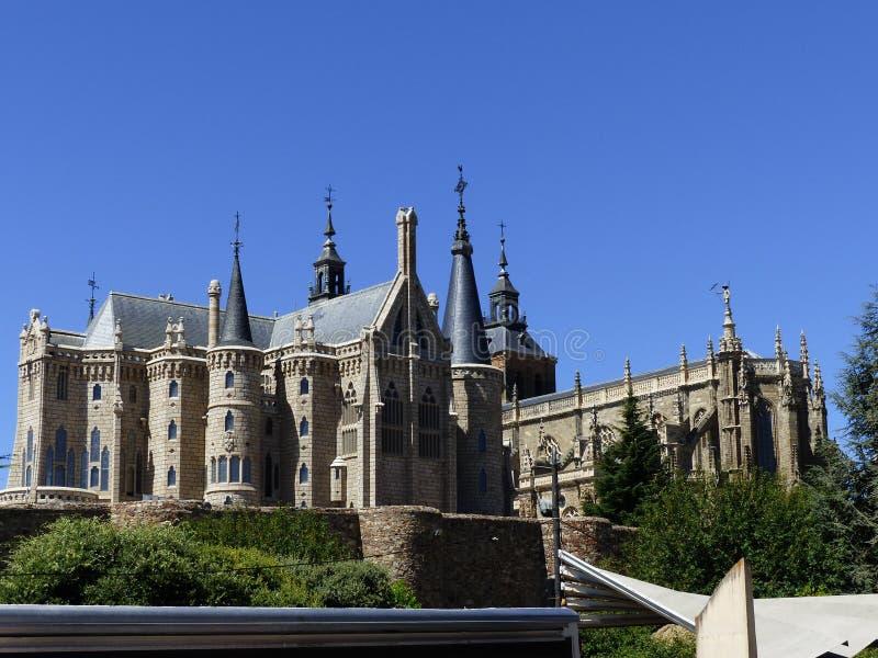 Дворец Gaudà и собор Astorga, ³ n LeÃ, Испании стоковое изображение