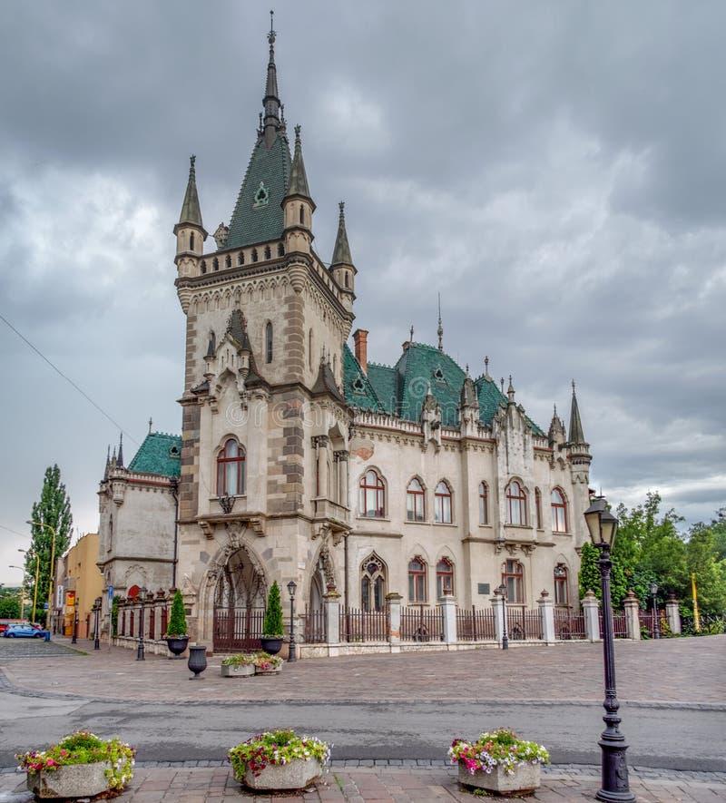 Дворец Jakab - исторический памятник в Kosice, Словакии Очень красивый, старый, старинное здание в стиле гитары Бушель стоковые фотографии rf