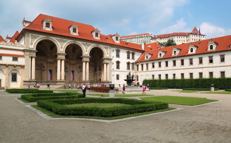 Дворец Wallenstein в Праге в настоящее время самонаводит сената чехии стоковые фотографии rf