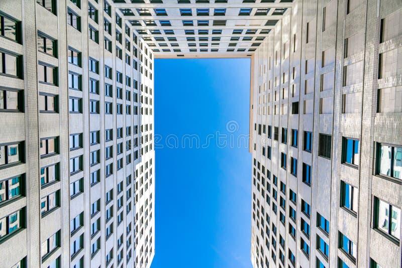 Двор в старом небоскребе города стоковые изображения rf